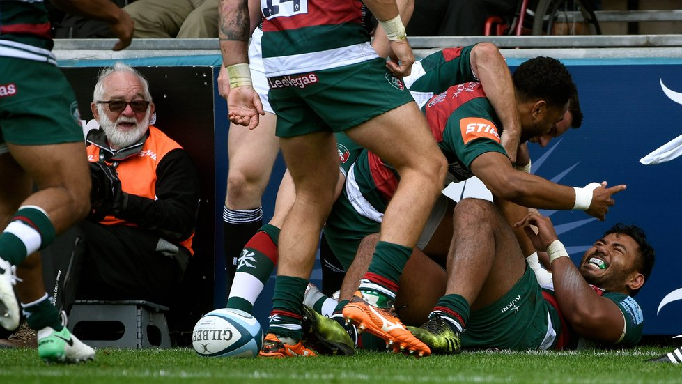 Geoff narrowly avoids being mobbed by the Tigers squad as Tuilagi's team-mates rush in to celebrate his score.