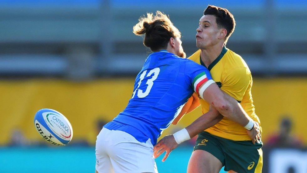 Matt Toomua gets a pass away for Australia against Italy